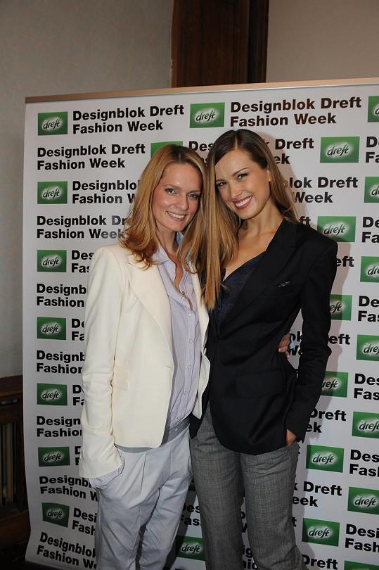 Petra Němcová ještě jako tvář projektu během prvního ročníku se svou českou manažerkou Karolínou Bosákovou.