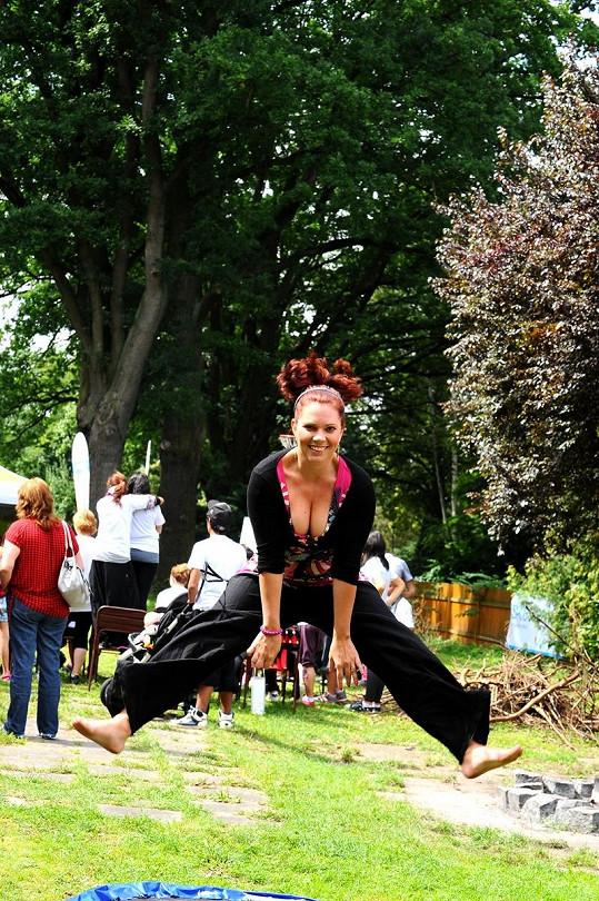 Míša Nosková skákala na trampolíně.
