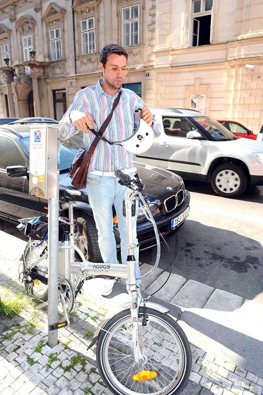 Hejlík se svým vozítkem v centru Prahy.