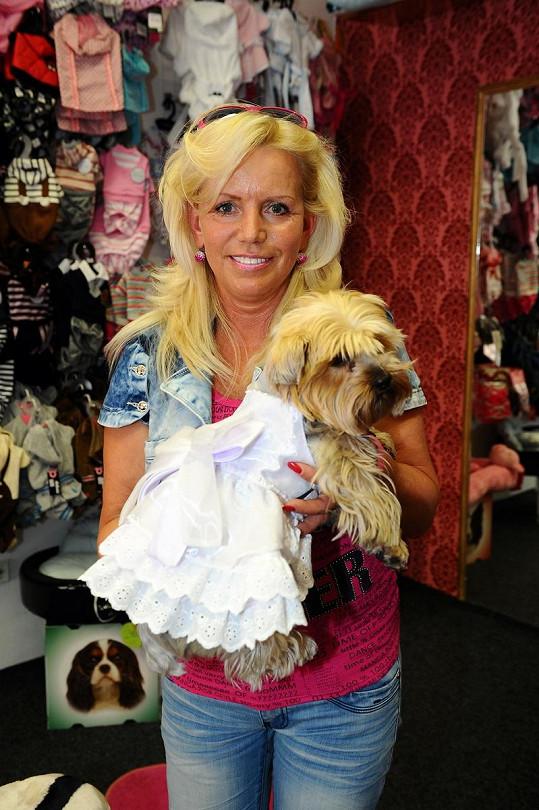 Krampolová zkusila v psím butiku Žanetce svatební šatičky.