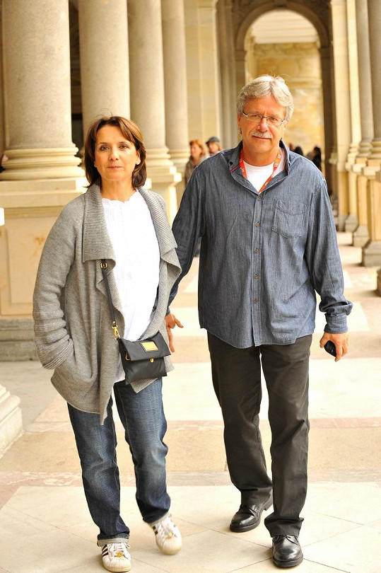 Veronika Freimanová s přítelem, architektem Vladimírem Boučkem na Mlýnské kolonádě.