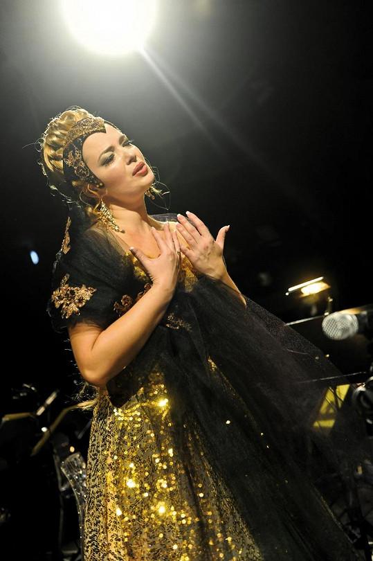 Představení svým zpěvem ozdobí operní pěvkyně Marina Vyskvorkina.
