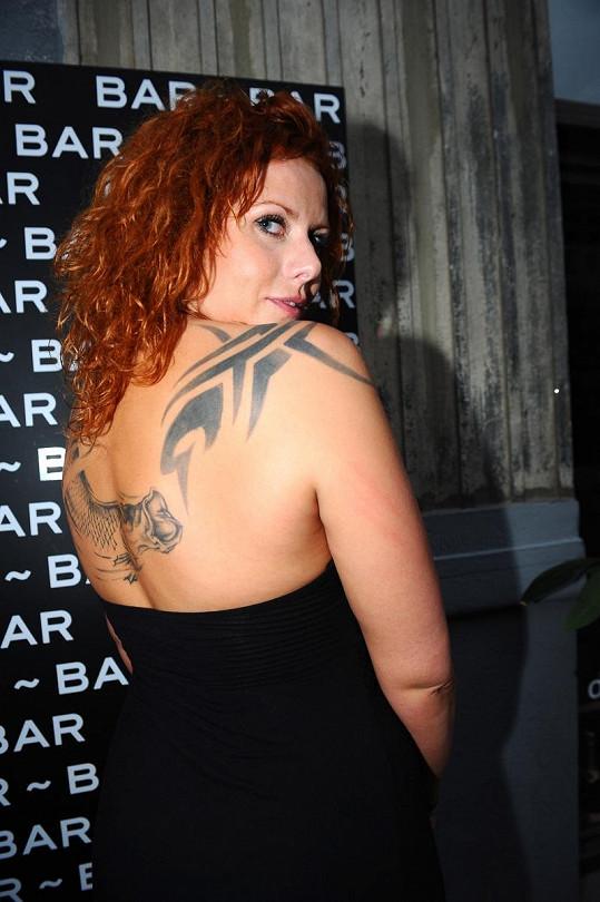 Štěpánka Decastelo ukázala své obří tetování na zádech - rybu arapaimu