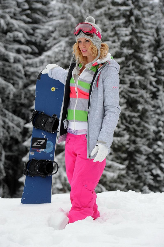 Nikol jízdu na snowboardu miluje.