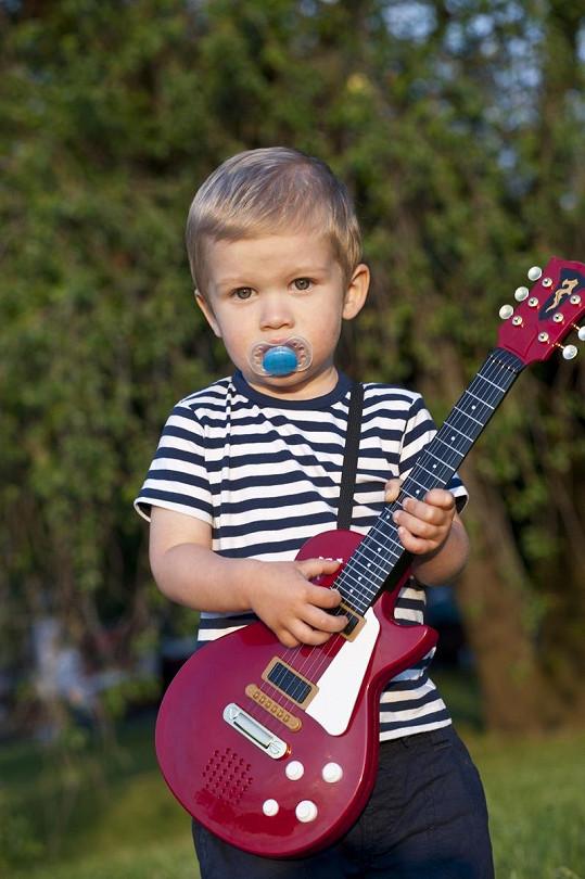 Malý Theodor miluje i hru na kytaru.