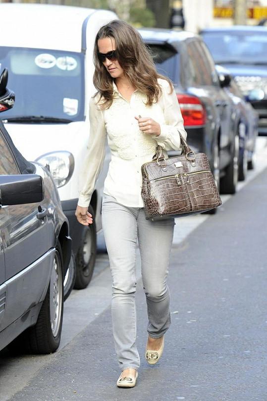 Pippa Middleton přichází ke svému autu.