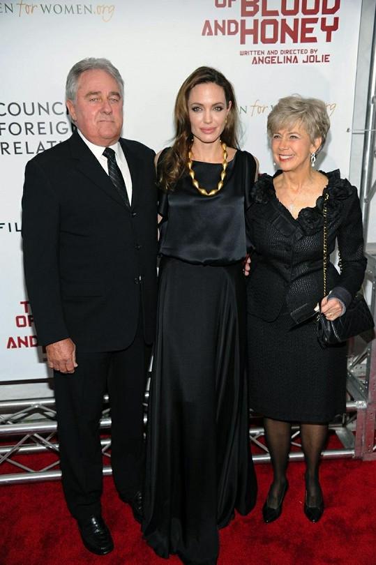Angelina Jolie a rodiče jejího partnera Brada Pitta.