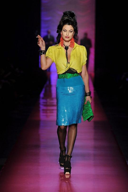 Jean Paul Gaultier v aktuální kolekci napodobil styl Amy Winehouse.