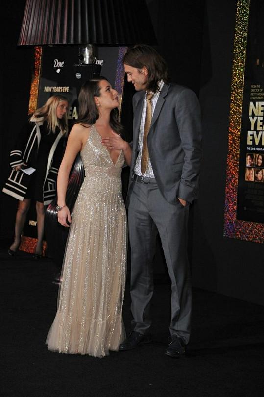 Ashton a Lea spolu před novináři flirtovali.