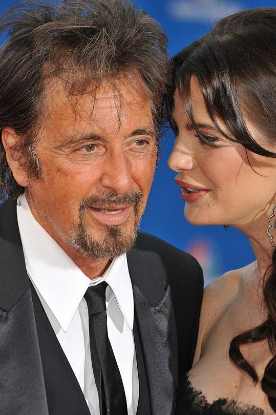 Pacino po boku mladé Argentinky mládne.