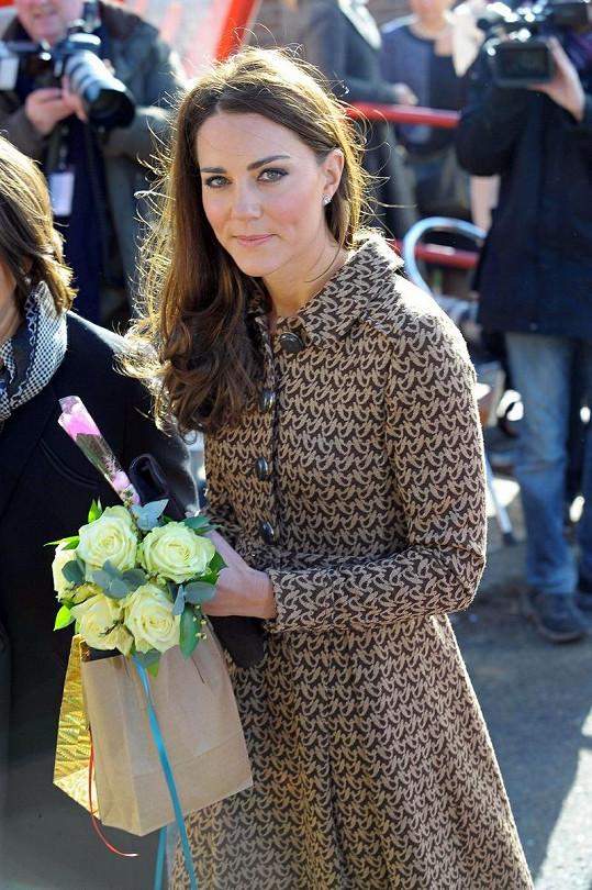 Vévodkyně z Cambridge Catherine dostala od dětí kytici i dárečky.