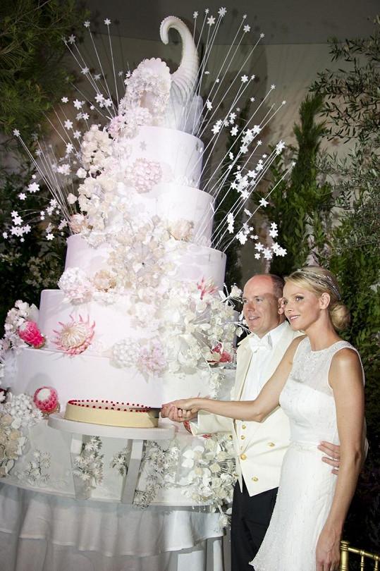Obří dort na svatební hostině Alberta a Charlene. Sami rozkrojili menší.