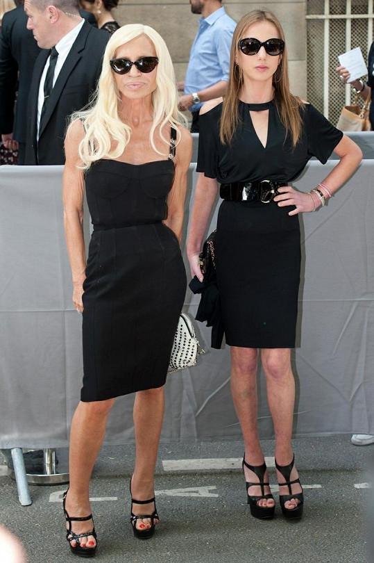 Donatella Versace a její dcera Allegra měly podobné šaty jako Sharon, ale děsily svou vyhublostí.