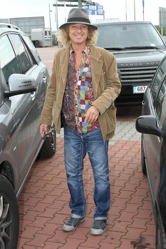 Peter Nagy se rád výstředně obléká.