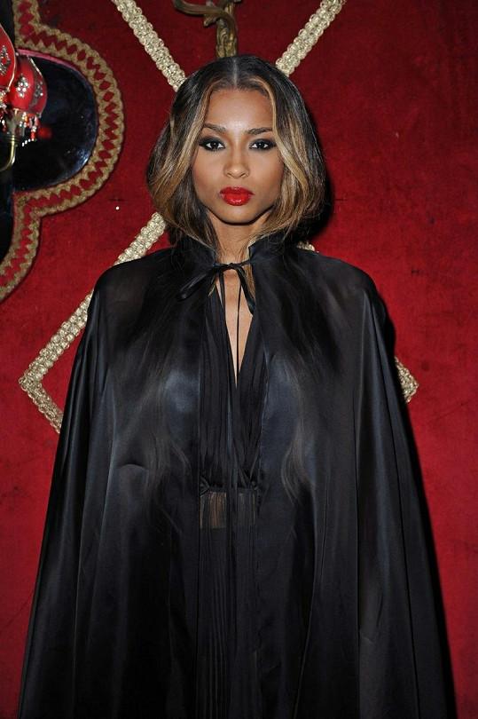 Americká zpěvačka Ciara dorazila v černém plášti.