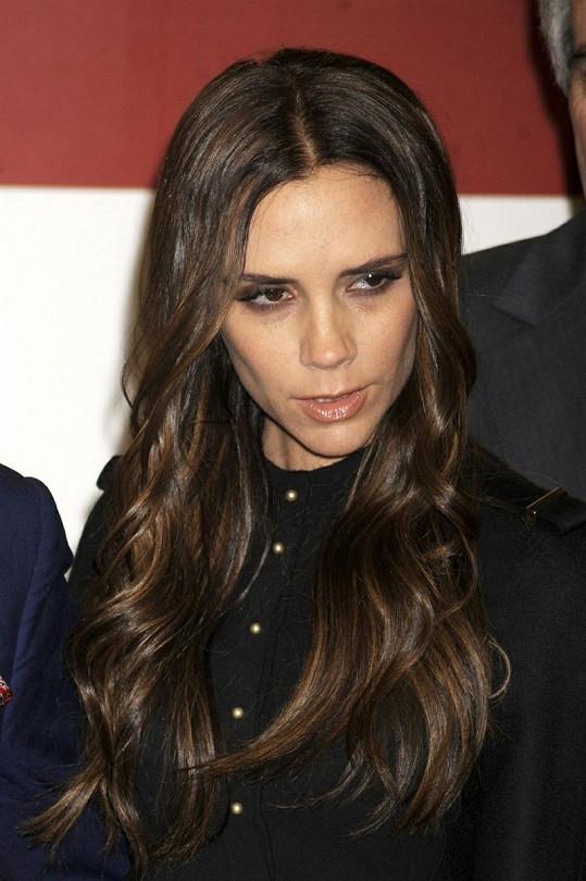 Victoria Beckham a její zakaboněný výraz.