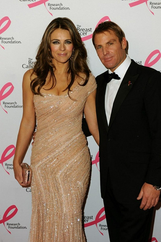 Anglická herečka a její přítel Shane Warne na charitativní akci.
