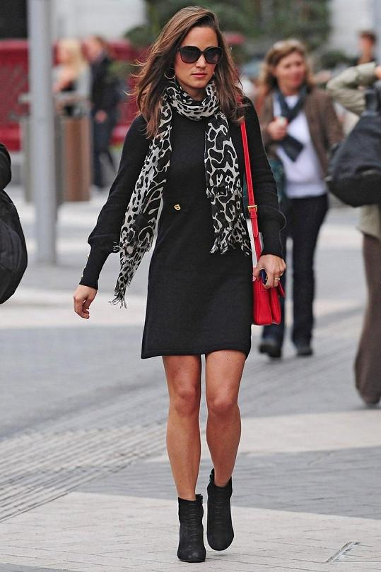 Mladší sestra vévodkyně Kate perfektně zkombinovala zvířecí vzor s červenou barvou kabelky.