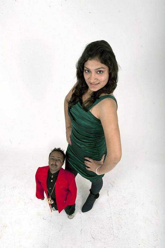 Mladík pózuje s modelkou.