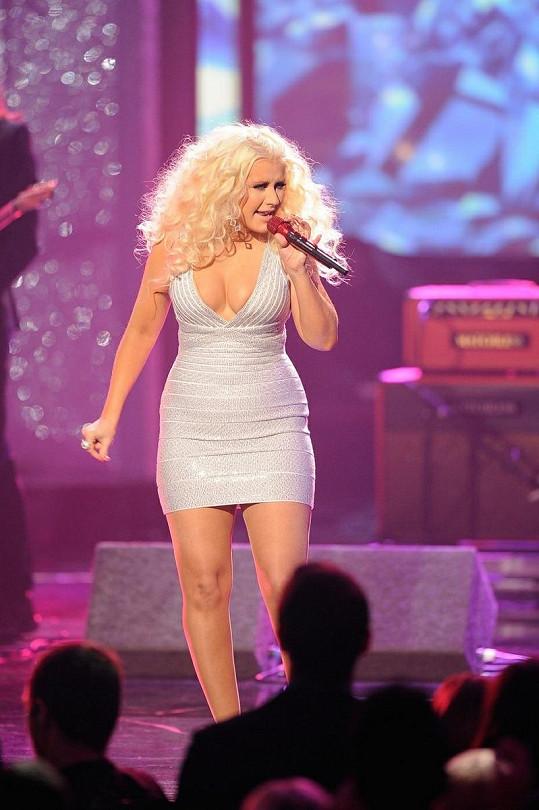 Christina Aguilera přibrala, ale v oblasti dekltu jí to prospělo.