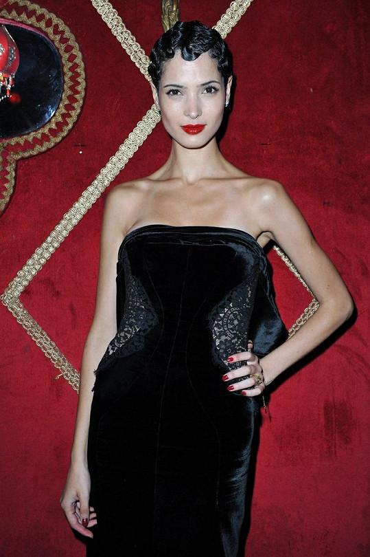Tuniská kráska Hanaa Ben Abdesslem špulila rudé rty.
