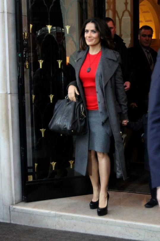 Salma vychází z hotelu.