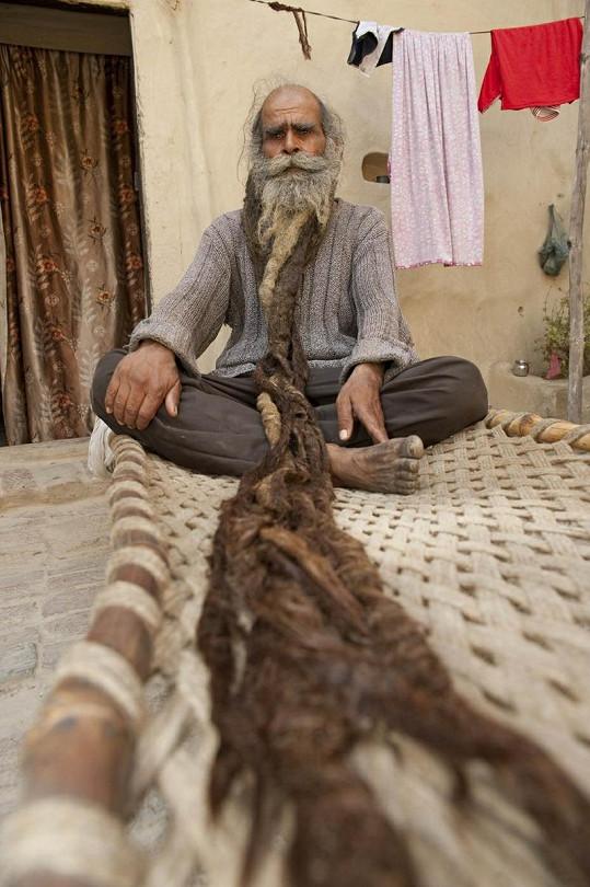 Guru Kailash Singh si proplétá své neudržované vousy s dlouhými dredy.