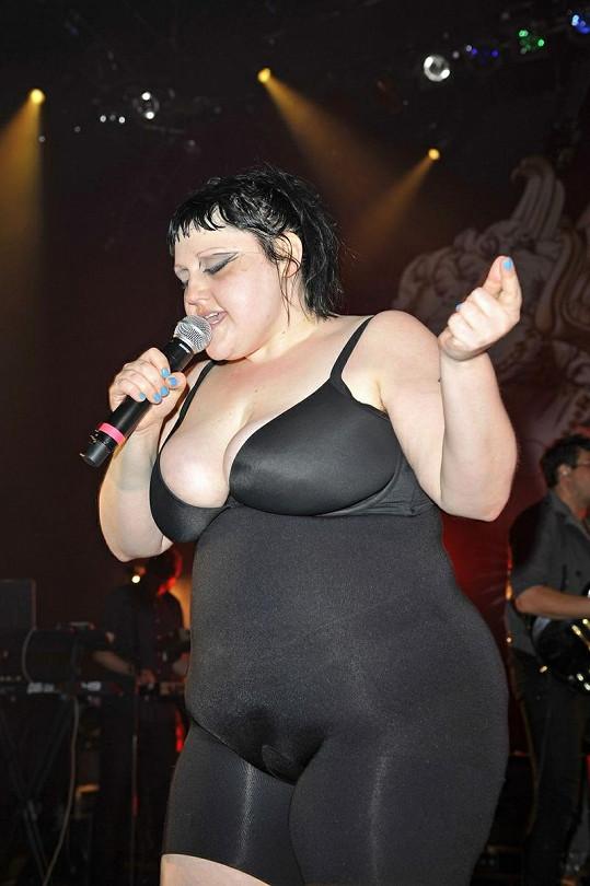 Beth Ditto během londýnského koncertu.