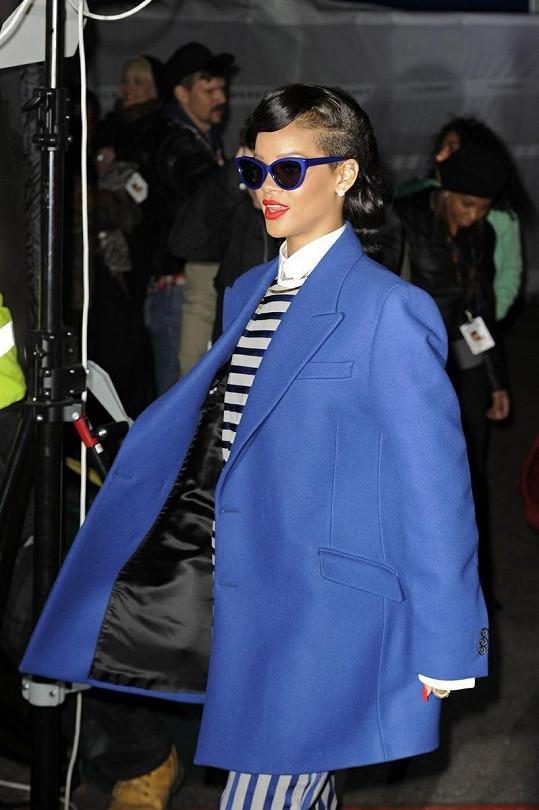 Rihanna v pánském saku, které jí vůbec nesedlo.