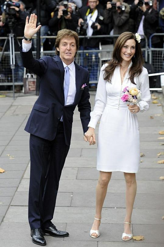 Pár se zasnoubil letos v květnu. Nancy dostala luxusní prsten.