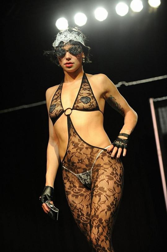 Modelka v krajkovém modelu.