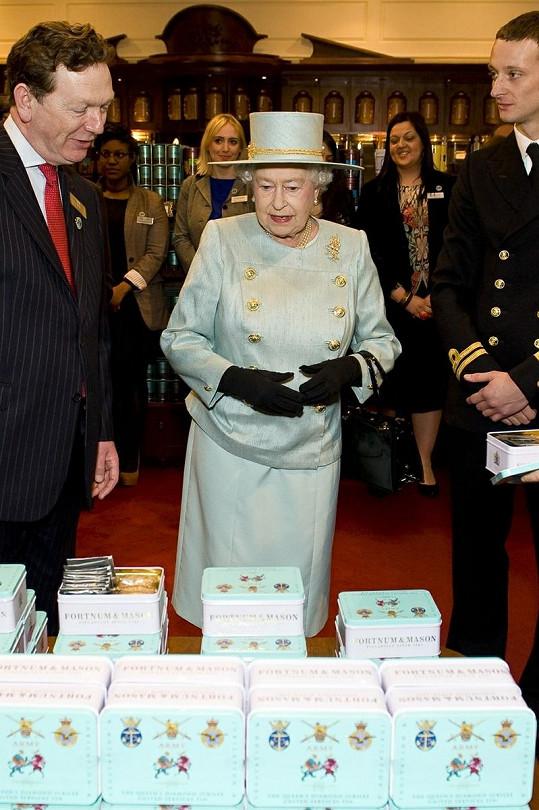 Královna si prohlíží sortiment obchodního domu Fortnum & Mason.