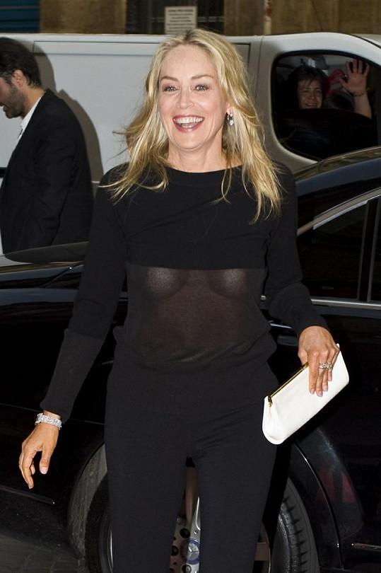 Sharon Stone opět bez podprsenky. In nebo out?