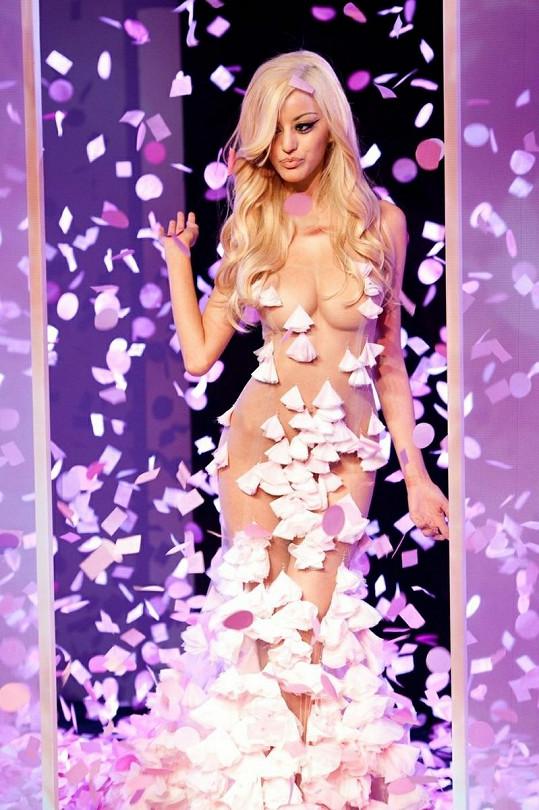 Na pařížském Fashion Weeku byly k vidění nejen neobyčejné modely, ale také svůdné krásky.