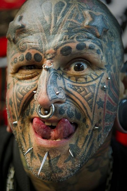 """Victor Peralta z Venezuely se taky """"vylepšil"""" tetováním a piercingy."""