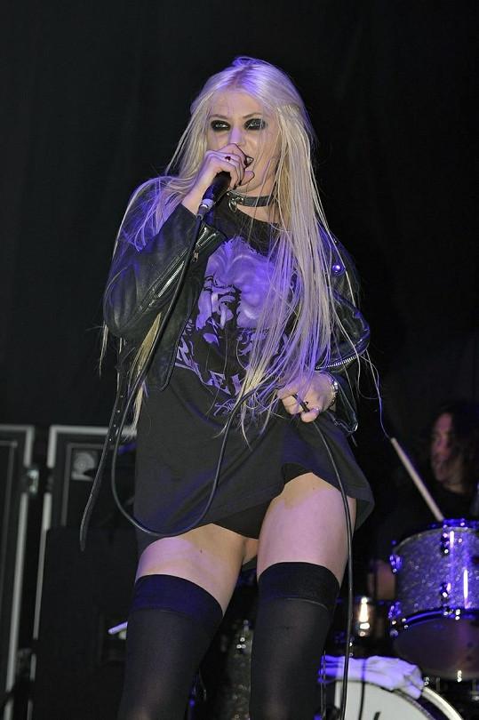 Taylor Momsen vystupovala takto oblečená při sobotním koncertu v londýnském Hammersmith Apollo.