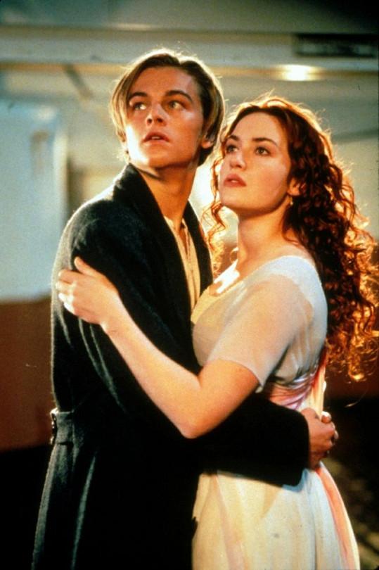 Kate Winslet a Leonardo DiCaprio na palubě filmového Titanicu.