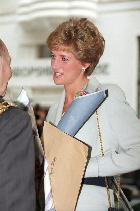 Dianiny oblíbené náušnice ze safíru a diamantů nyní nosí Kate.