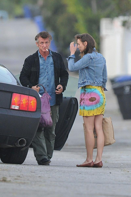 Sean Penn se svou novou kočkou v Los Angeles.