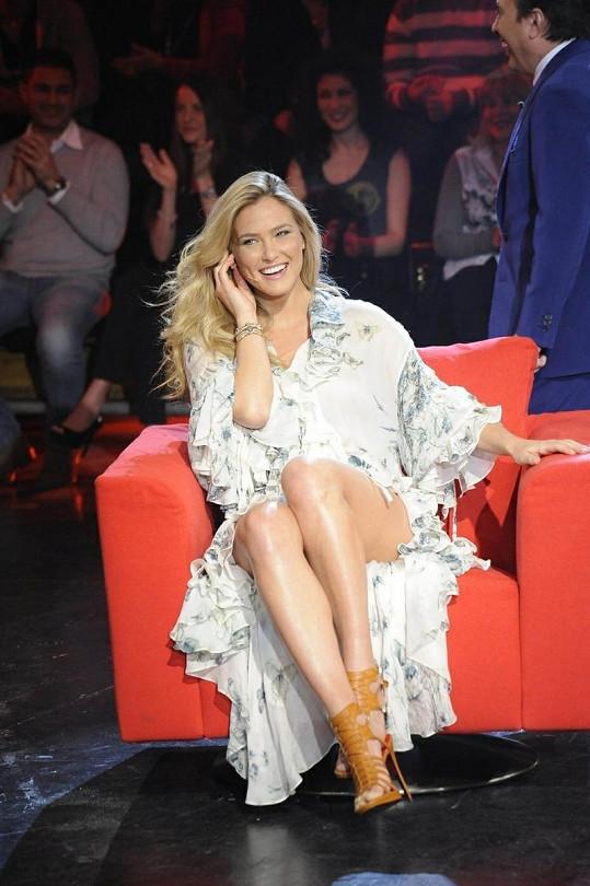 Překrásná modelka upozornila na své dlouhé nohy.