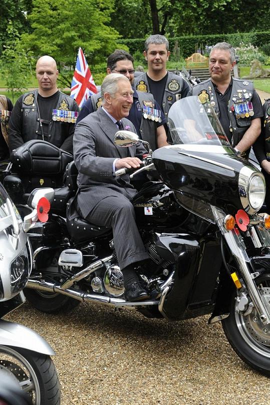 Princ Charles na motorce.