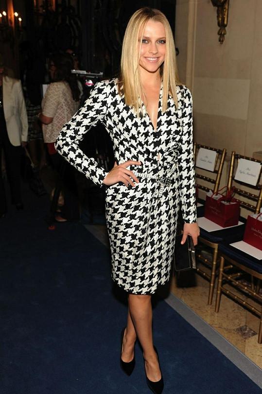 První celebritou v těchto šatech byla australská herečka Teresa Palmer, která v nich zazářila na prezentaci Resort kolekce Ferragamo pro rok 2012.