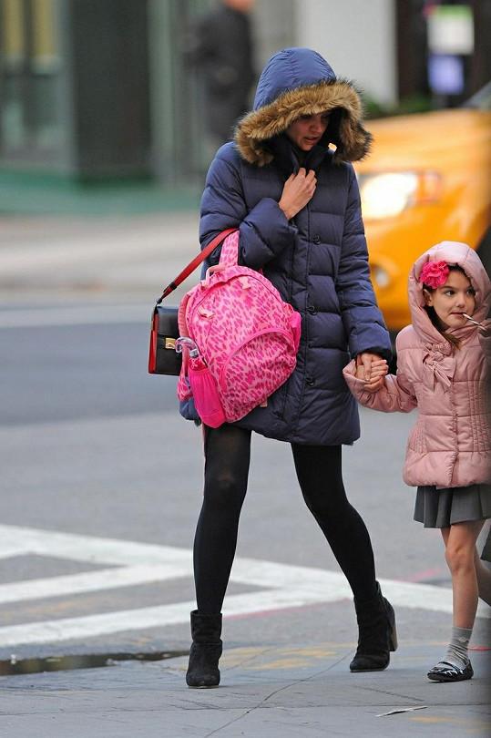 Zachumlaná Katie Holmes a její dcera s holýma nohama.