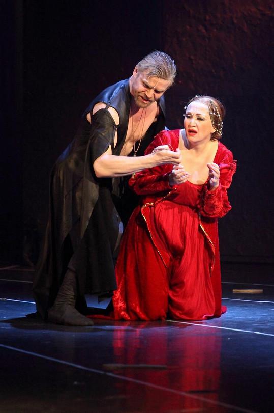 Bára Basiková byla v roli Lucrezie jedinečná.