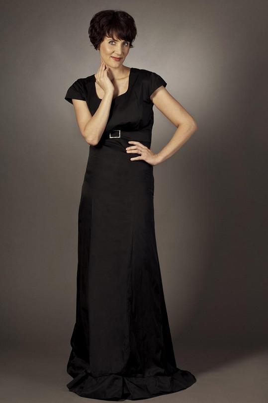 Tyto šaty si Ester nechala ušít na moderování společenských akcí.