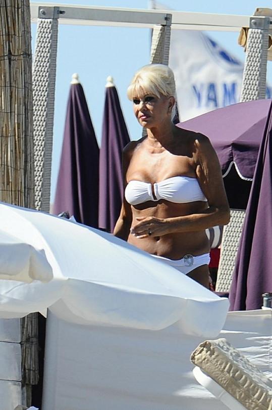 Ivana Trump v bikinách na pláži.