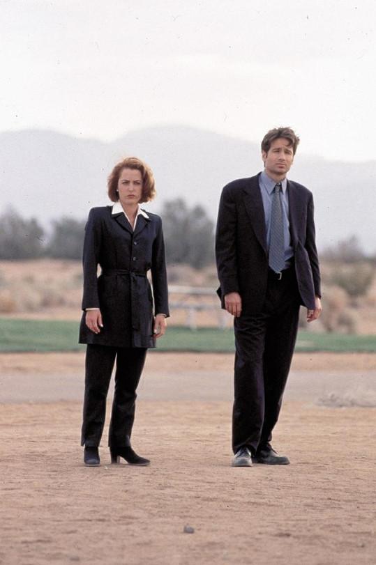 Anderson jako agentka FBI Dana Scully se seriálovým zvláštním agentem Foxem Mulderem.