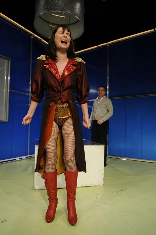 Kalhotky a síťovaného punčocháče měla Lenka i v představení v divadle Kalich.