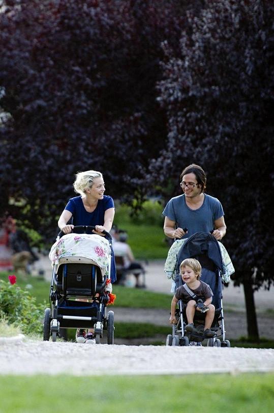 Gael na procházce s Dolores Fonzi a dětmi.