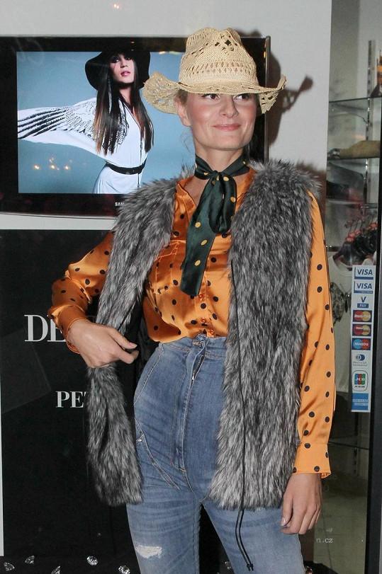 Snad jen Iva Pazderková si může vzít džíny s tak vysokým pasem.